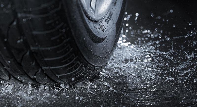 pneu sur sol mouillé